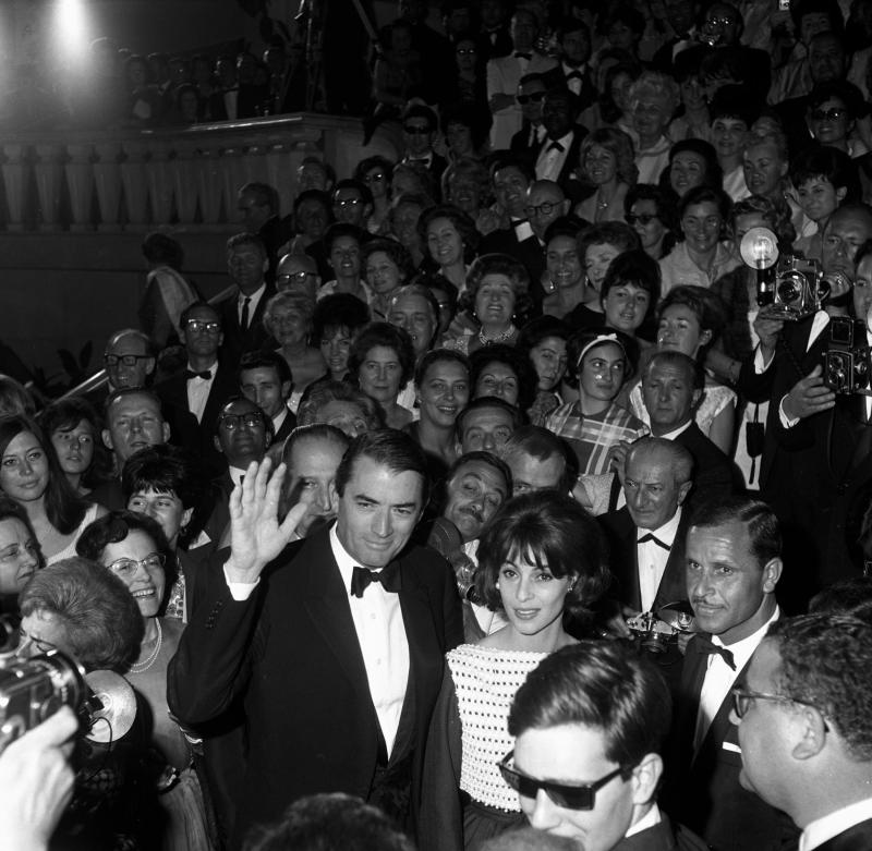 Gregory and Véronique in a large crowd of a movie premiere