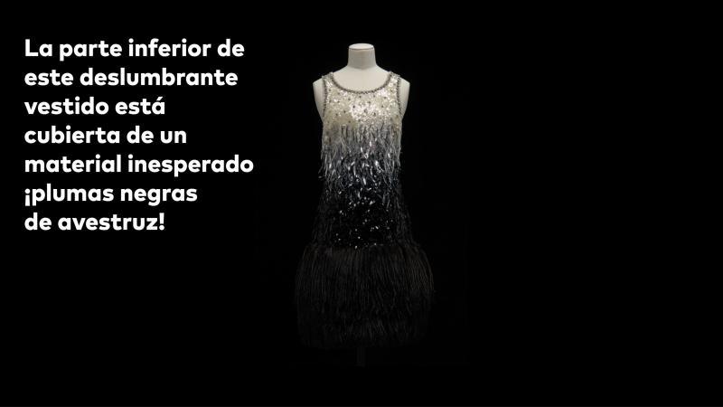 La parte inferior de este deslumbrante vestido está cubierta de un material inesperado ¡plumas negras de avestruz!