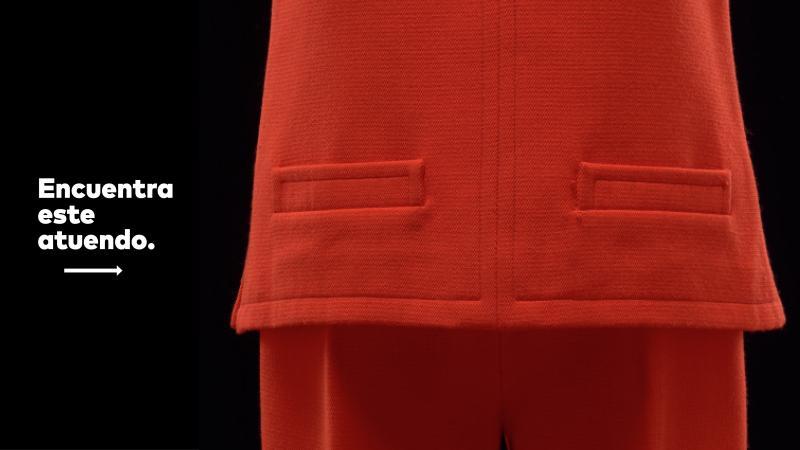 Conjunto de túnica de manga corta y pantalón en rojo carmín.