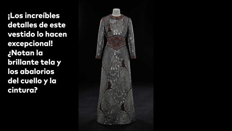 ¡Los incrébles detalles de este vestido lo hacen excepcional! ¿Notan la brillante tela y los abalorios del cuello y la cintura?