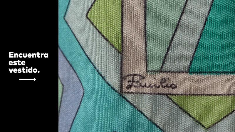 Vestido a la rodilla sin mangas con estampado geométrico en tonos de verde y azul.